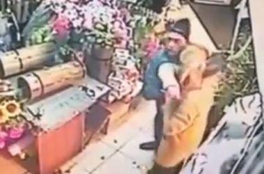 В Киеве бандиты ограбили цветочный магазин и жестоко избили женщину
