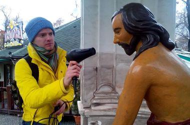 В Киеве скульпторы вернули нос изувеченной скульптуре Самсона