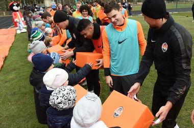 """Футболисты """"Шахтера"""" пригласили детей на тренировку и поздравили с Новым годом"""