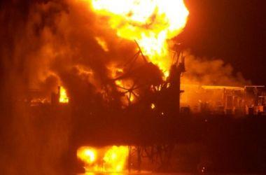Пожар на нефтяной платформе в Каспийском море бушует уже третий день
