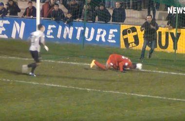 В матче Кубка Франции футболист забил издевательский гол головой в пустые ворота