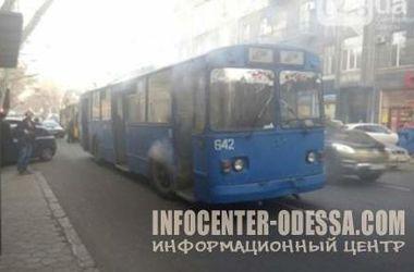 В центре Одессы на ходу загорелся троллейбус