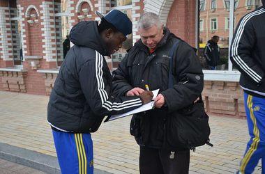 """Футболисты """"Маккаби"""" прогулялись по Киеву"""