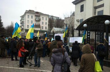 Активисты пикетируют посольство России в Киеве