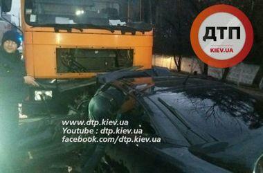 В Киеве Opel врезался в грузовик