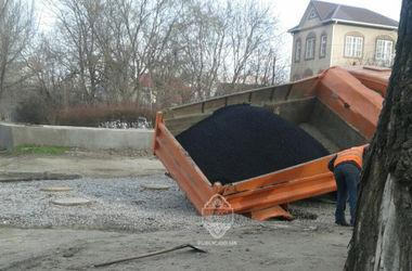 В Одессе грузовик провалился под землю