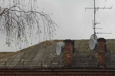 Киевляне паникуют из-за опасного шиферного конька на крыше дома