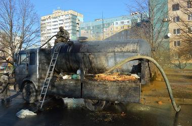 В Днепропетровске на ходу загорелся грузовик, везущий цистерну с неизвестным веществом