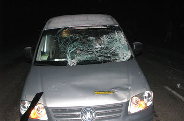 В Ровенской области молодой мужчина погиб под колесами  авто
