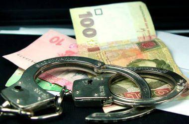 Налоговик и сотрудник полиции задержаны за взятку свыше миллиона гривен