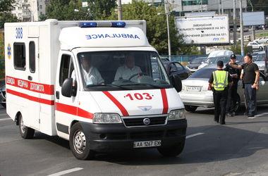 В Киеве авто въехало в остановку, погиб мужчина