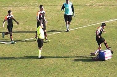 Турецкий футболист ударил ногой в голову лежавшего соперника