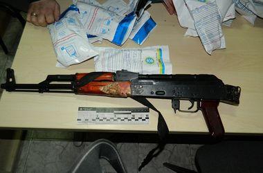 В Киеве задержали авто с автоматом, пистолетом, наручниками и балаклавой