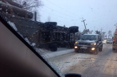 На трассе под Харьковом перевернулся лесовоз, перевозивший бревна