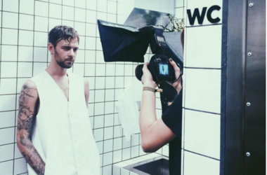 Эпатажный Макс Барских снимает новый клип в туалете