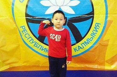 Пятилетний мальчик отжался 4050 раз без перерыва