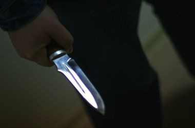 В Харьковской области грабитель напал на женщину в подъезде и изрезал ей лицо