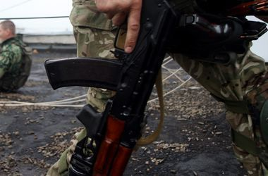 На Донбассе неизвестные на автомобиле расстреляли школу