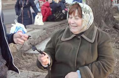 Видеохит: украинские пенсионеры знакомятся с селфи-палкой