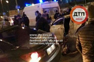 В Киеве внедорожник протаранил столб, есть пострадавшие