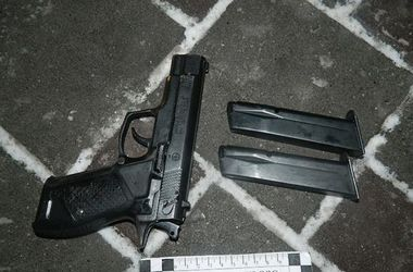 В Киеве пьяный мужчина выстрелил в двух посетителей ресторана и избил полицейского ногами