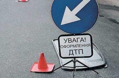 В Киеве пьяные водители протаранили три столба и остановку