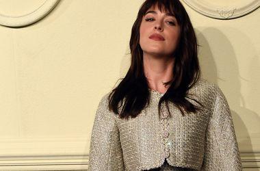 """Звезда """"50 оттенков серого"""" в откровенном платье снялась для Vogue (фото)"""