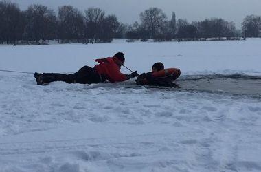 В Киеве патрульные спасли мужчину, который провалился под лед
