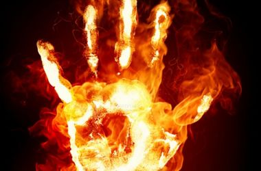 В Азербайджане мужчина совершил акт самосожжения перед зданием школы