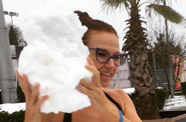 Эвелина Бледанс в купальнике открутила голову снеговику (фото)