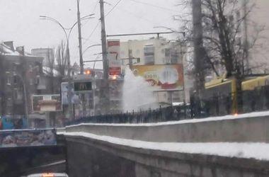 В Киеве из-под земли вырвался 4-метровый фонтан воды