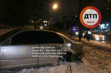 В Киеве Lexus вылетел с дороги, сбил женщину и врезался в дерево
