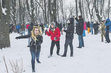 Киевляне устроили в парке снежную битву