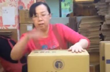 Видеохит: китаянка освоила технику кунг-фу по упаковке посылок