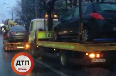 В Киеве полиция массово убирает машины нарушителей