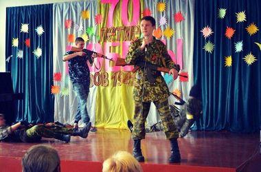 """Чему учат детей в школах оккупированного Донецка: тайга, красные галстуки и """"захаровцы"""""""