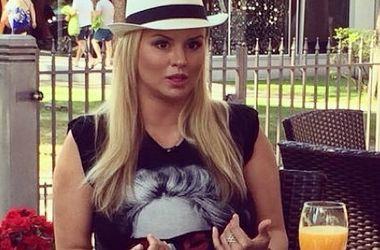 Анна Семенович похвасталась фигурой в коротких шортах (фото)