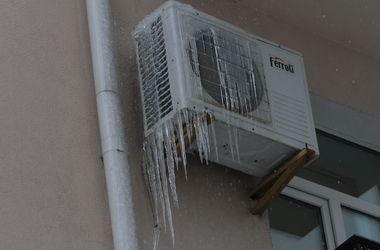 Первая жертва сосулькопада в Киеве: девочка пострадала от льда с крыши