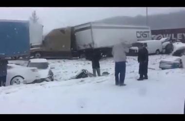 Около сорока автомобилей столкнулись из-за сильного снегопада