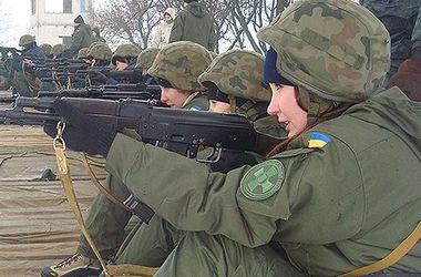 В Харькове девушки-новобранцы Нацгвардии упражнялись в стрельбе