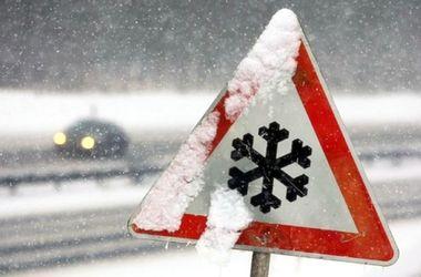 Непогода частично парализовала движение в пяти областях Украины
