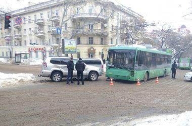 В Одессе джип влетел в троллейбус