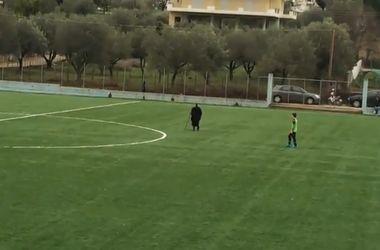Видеохит: старушка с палкой вмешалась в футбольный матч