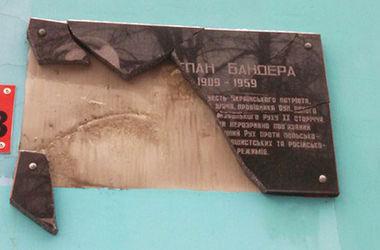 В Ровно вандалы снова разбили памятную доску Степану Бандере