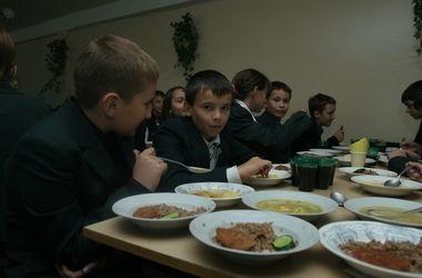 Украинских учеников перестанут бесплатно кормить в школах