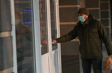 Киевляне надевают маски: в столице введен особый режим из-за гриппа