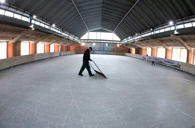 <p><span>Один в поле. После каждого занятия с катка убирают ледяную крошку, которую высекают коньками посетители. На уборку опытный работник тратит примерно 20 минут.</span></p>