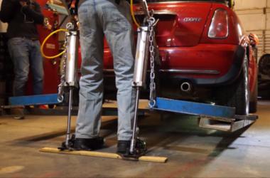 Канадец поднял автомобиль с помощью экзоскелета собственной разработки (видео)