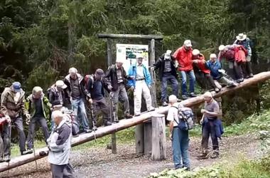 14 старичков решили оседлать гигантские качели, но их постигла неудача
