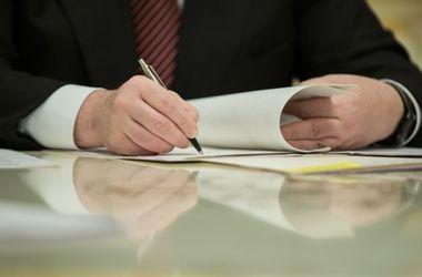 Порошенко оперативно подписал новые правила изменения Конституции